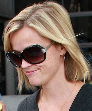 Reese Witherspoon w Oliver Peoples Giuselle