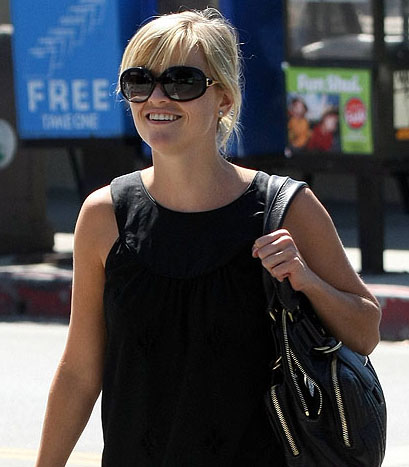 Reese Witherspoon w Oliver Peoples Mariette