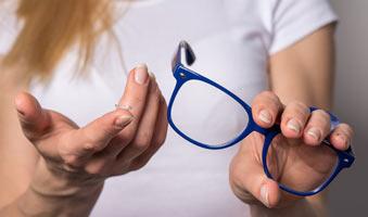Co daje naprzemienne używanie soczewek kontaktowych i okularów?