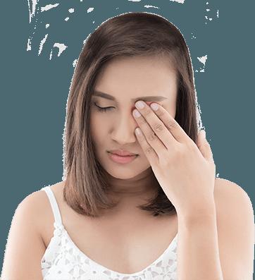 Kobieta przecierająca oko