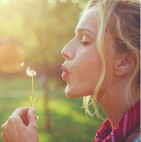 Młoda kobieta z kwiatkiem