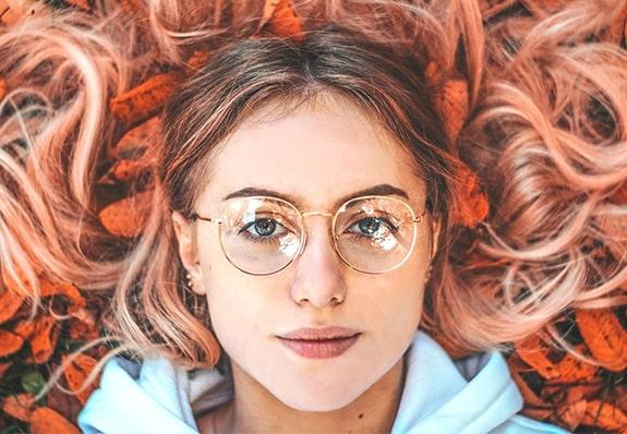 Kobieta w okularach Ray Ban