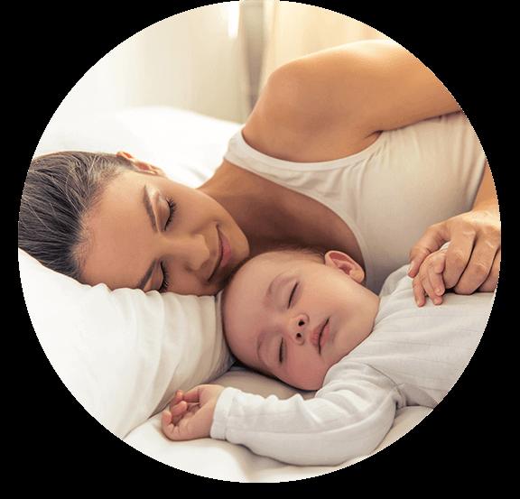 Śpiąca kobieta z soczewkami na oczach z dzieckiem