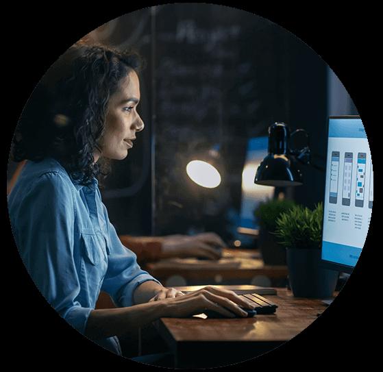 Kobieta pracująca w nocy z soczewkami