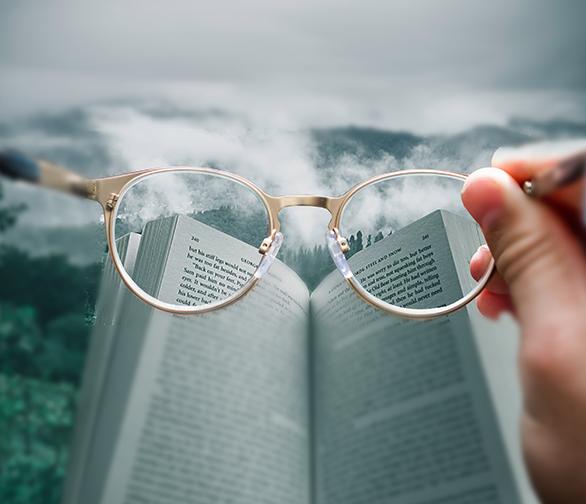 Okulary korekcyjne z książką
