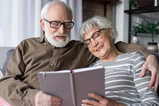 Starsze małżeństwo w okularach progresywnych